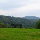 Naskýtá se nám i výhled plochý vrchol Hvozdu s rozhlednou na jedné a chatou na druhé straně
