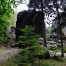 Místo sjezdu do nížiny projíždíme skalami a měníme se na chvíli na pěší turisty
