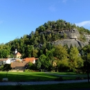 Mohutná skála v Oybinu s hradem na vrcholu