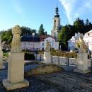 V Krásné Lípě mají přes pod náměstím schovanou Křinici mostek ozdobený symboly čtyř živlů