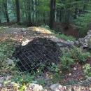 Nezbyly z něj jen terénní úpravy ale uprostřed jsou schované základy válcové věže