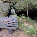 Procházím tedy celou stezku skalami, míjím tuto edukativní lavičku s rozpětím křídel ptáků