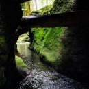 Bloky skal zavalily údolí, až vznikly průrvy nebo dokonce malá jeskyně