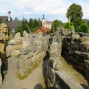 Pro děti tu je přichystán i skalní labyrint