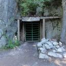 Tato malá nenápadná vrátka ukrývají vstup do největšího z podzemních komplexů, do podzemního města Osowka