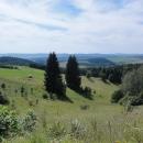 Přejeli jsme hřebínek Javořích hor a máme výhledy do Broumovského výběžku.