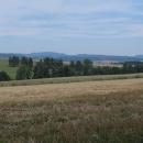 Výhledy od Martínkovic. Pro někoho bezejmenné kopečky, my ale už víme, že to úplně vzadu jsou polské Soví hory.