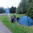 Naše tábořiště na Čihalce. Zvyklí z Ukrajiny děláme zase ohníček ...