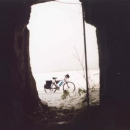 Prozkoumali přitom malou jeskyni ve skále.