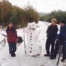 Markéta s Martinem zatím postavili sněhuláka.