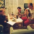 Večerní sezení u šachů a kytary.