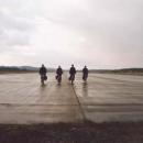 Hradčanské letiště. Klukům dalo hodně práce tuhle fotku naaranžovat.