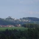 V dáli se tyčí hrad Lipnice