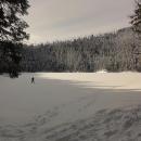 Luděk jde přes Čertovo jezero