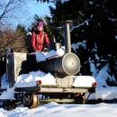 Míla kočíruje parní drezínu na nejkratší mezinárodní železnici na světě
