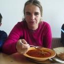 Zatímco jsem jedla polévku, děti čekaly na lokše. Půjčila jsem tedy Šárce foťák :-)