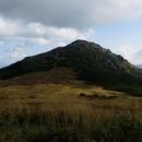 Králova skála! Ano, to je ta hora, na kterou jsme se dole dívali a vrcholku skoro ani nedohlédli.