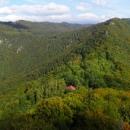 Krásná vyhlídka na Muráňskou planinu a chatu a vzadu v mracích Králova hoľa
