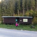 U horárně Pätina je možné přenocovat v bývalém vagónku. I Muráňská planina je NP, tedy nocovat by se mělo jen na vyhrazených místech.