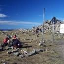 Pohled zpátky na horu kamení na vrcholu (zbytky staré chaty s rozhlednou)