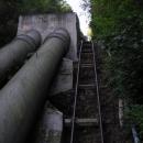 Stezka vede nad potrubím přečerpávací elektrárny ve Štěchovicích