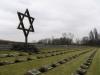 Židovská hvězda nad řadami tisíců obětí