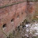 Okna v hradbě pod kterou podtéká potok dávají tušit rozsáhlé podzemní chodby