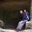 Betlémská jeskyně vytesaná ve skále nad silnicí