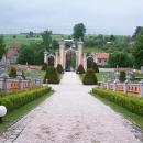 Pohled od zámku na vstupní bránu