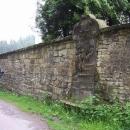 První zastavení křížové cesty je součástí zdi kolem kostela