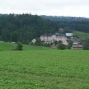 Poslední ohlednutí za krásným zámkem v Nových Hradech a noříme se zpátky do lesů