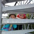 Děti lezou na rozhlednu s nadšením