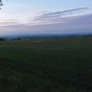 Podvečerní výhled na Krkonoše. Uprostřed se tyčí Sněžka. Slunce zapadá, k autu do Týniště se vracíme už za tmy.