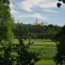 Pohled od stezky na zámek Hluboká