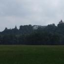 Hradecký zámek od parku u řeky