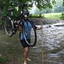 Ivo hravě zvládá překonat rozvodněný potok