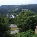 Ve srázu pod Vikštejnem se kroutí silnice do údolí Moravice