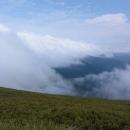 Vpravo se do dáli táhne hlavní hřeben poloniny Boržava, do těch mraků půjdeme!