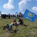Jsme tu taky celkem středem zájmu, fotí si nás, půjčili nám i vlajku...