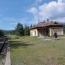 Nádražíčko ve Vernáru. Chtěli jsme si projet trať do Brezna, ale vlak jede až odpoledne, musíme tedy zase na stopa.