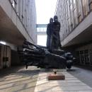 Bánská Bystrica, památník SNP a varovné sousoší v muzeu. Luděk jde na prohlídku.