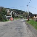 Stoupáme do kopců Jestřebích hor a doprovází nás trubky teplovodu z elektrárny Poříčí