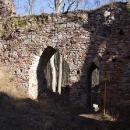 Gotická hradní brána. Ale co ta cedule vstup zakázán?