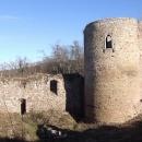 Mohutná válcová věž je dominantou hradu