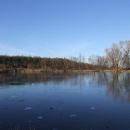 Jen co se slunce schová, začíná mrznout, i rybník ještě pokrývá led