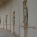 Klasicistní kolonáda se sochami umění a věd