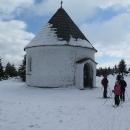 U Kunštátské kaple je sněhu spousta. Když se mi někde propadne hůlka, odhaduji to místy i na půl metru
