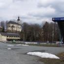 Ještě jeden pohled na Štítecký kostelík a skokanský areál