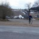 Hanka vyjíždí předposlední kopec nad Čenkovice