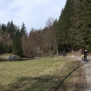 Luděk vjíždí do údolí Orličkovského potoka